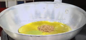 フライパンが冷たい状態でオリーブオイル、クミンを入れます。
