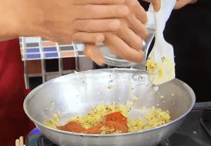 玉ねぎが透明になったらニンニクと生姜の擦りおろしを加え、チリパ ウダーとガラムマサラで辛みを足します。
